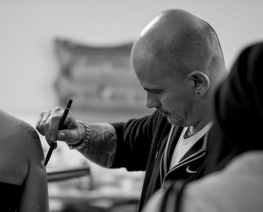 Dario Esposito von Dado's Pincho Tattoo schwarz weiß