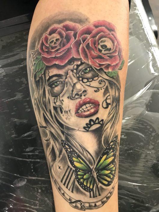 Frauengesicht Rosen Tattoo